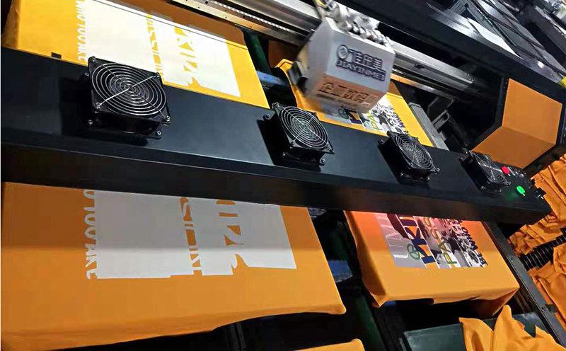 平板打印机正在打印